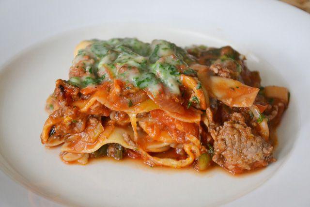 Dit is een lekkere lasagne, zonder pakjes of zakjes, en zonder ingewikkelde dingen. De bechamelsaus met spinazie, geeft de lasagne iets extra's.