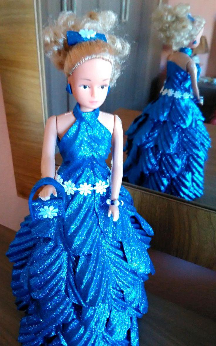 Boneca tipo Barbie com roupas feitas em EVA. As bonecas são PERSONALIZADAS E FEITAS POR ENCOMENDA, conforme solicitação do cliente. Podem ser de princesas, 15 anos, noiva, mamãe Noel, bruxa, fada, religiosa, entre outras. Para mais esclarecimentos entre em contato, teremos o maior prazer em atend...