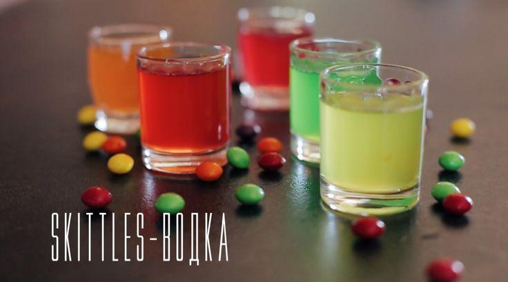 Skittles-водка [Cheers! | Напитки]  Любите экспериментировать с коктейлями? Одним из интересных и вкусных рецептов будет настойка водки на skittles в 5 цветах. Такой веселый вариант отлично подойдет в качестве основы для коктейлей или набора шотов для вечеринки. Cheers!  #vodka #alcohol #skittles #party #idea  #Skittles #Drinks