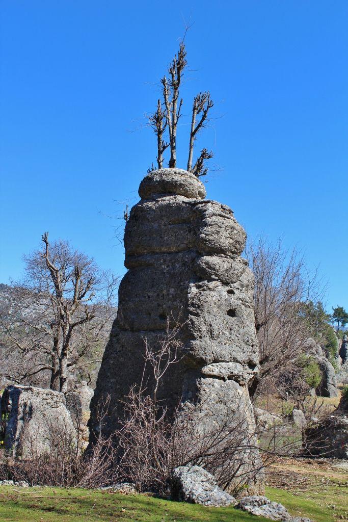 Adam kayalar/Selge/Antalya/// kaya oluşumları çakıl ve daha büyük taneli çökellerin doğal bir çimento malzemesi ile tutunması sonucu oluşan konglomera özelliği gösterir.