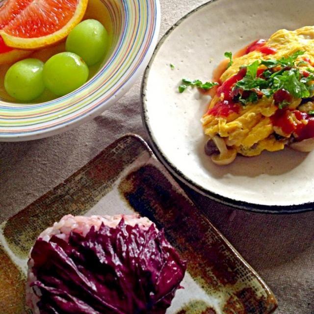 元気にいってらっしゃい*\(^o^)/* - 36件のもぐもぐ - 赤紫蘇雑穀米おにぎり、キノコとオリーブのオムレツパセリソース、無塩トマトJ、季節のフルーツ by MIEKO 沼澤三永子
