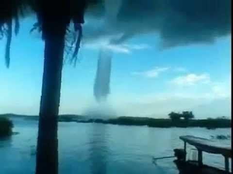 Fenômeno muito estranho puxando água de um rio - YouTube. Muy extraño fenómeno tirando el agua de un río