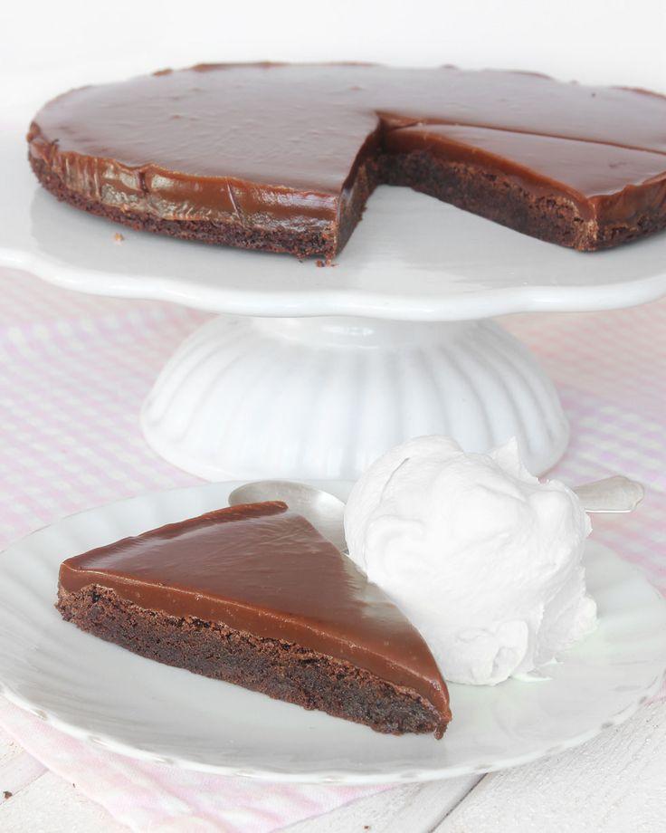 En kladdig chokladbotten och ett segt täckte av den allra härligaste kolakrämen. Ljuvligt gott!