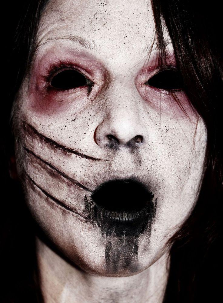 voici un maquillage d'une fille griffer et infecté, pour le faire: _peinture pour le corps blanche _peinture ou crayon noir _latex liquide _fard a paupière rougeâtre _une brosse a dent ( pour faire les petits points noirs) _lentilles noirs et colorant pour les yeux noir