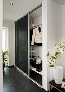 Gerade als #Garderobe im Eingangsbereich bieten inova Schiebetür-Systeme die perfekte Visitenkarte für den ersten Eindruck. Die Gestaltung ist in fast allen RAL-Farbtönen ist möglich. | #Schiebetüren
