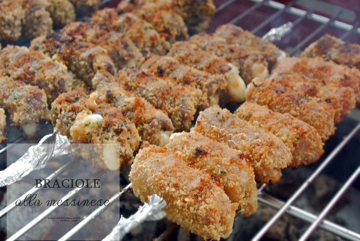 Le braciole alla messinese sono degli involtini di carne con mollica e formaggio, arrostiti alla griglia o cucinati al forno. Ricetta con foto passo passo.