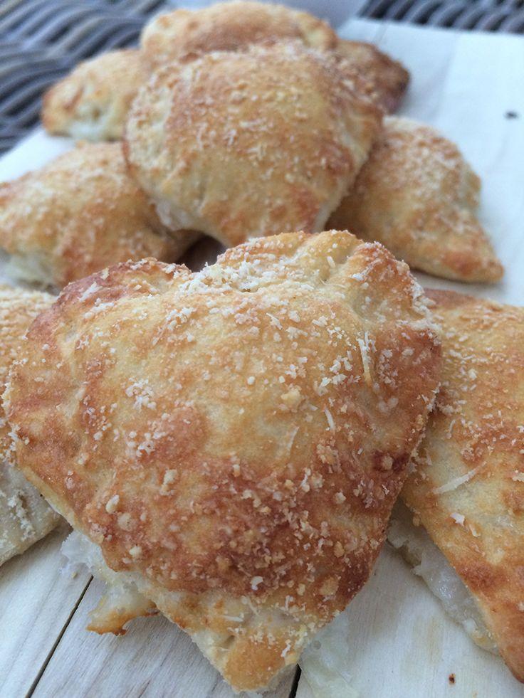 Mozzarella hartjes met Parmezaanse kaas Deze hartige koekjes van bladerdeeg zijn een heerlijke borrelsnack. Je vult ze met mozzarella en de buitenkant bestrooi je met Parmezaanse kaas. Samen met eigen gemaakte pizza saus is dit een snack je om je vingers bij op te eten