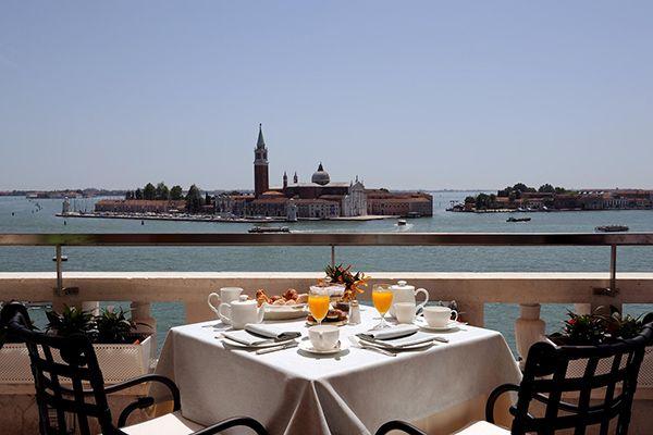 """TERRAZZA DANIELI - Riva degli Schiavoni Venezia - Lo scrittore americano Truman Capote definì così Venezia: """"è come mangiare un'intera scatola di cioccolata al liquore in una sola volta. Ti stordisce"""". Dal ristorante che si affaccia dall'alto sul bacino di San Marco, la sensazione è la medesima."""