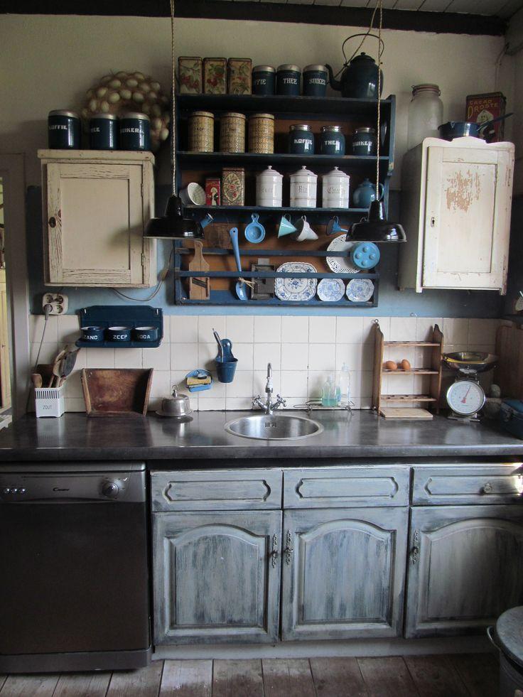 De keuken, de bovenkastjes zijn vervangen voor antieke kastjes en een regaal, het blad is vervangen en de keukenkastjes geschilderd. Met een primer eronder kan dat gewoon met krijtverf. (wel aflakken met matte vernis)Zorg ervoor dat je geen witte apparatuur hebt, dat staat te koud en te kil...