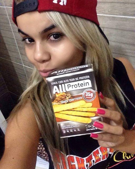 LOANNA ALEXANDRE SE DELICIANDO COM OS SNACKS ALL PROTEIN  Minha felicidade tem nome e se chama All Protein simplesmente viciada nesse snack esse é de churrasco!! Muita proteína e gostosura pro meu dia!! 😍🔝🔝🔝...
