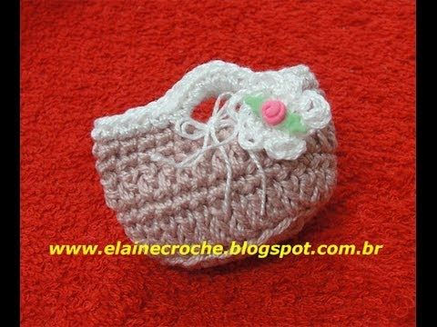 Pretty idea for baby shower or baptism souvenir: how to crochet a little bag. Video in portuguese, but I think it's easy to understand. CROCHE - LEMBRANCINHA MINI BOLSA