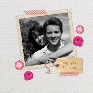 Retro #trouwkaart met een ouderwets fotokader, een naamlabel en bloemen. De allermooiste #foto van jullie samen komt natuurlijk in het lijstje. Patty & Jetze | foto met label