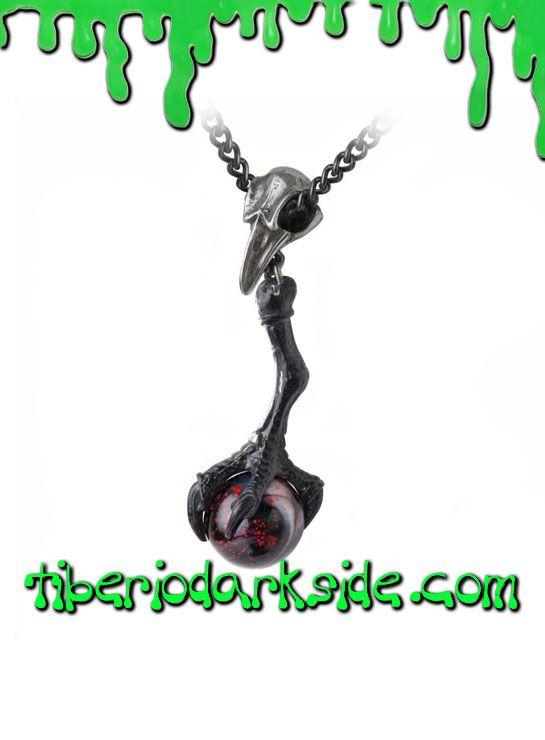 BLACK TALON PENDANT  Colgante con cráneo de cuervo y péndulo garra con esfera de cristal negro y salpicaduras de sangre, de Alchemy Gothic. Incluye la cadena. Material: peltre inglés (aleación de estaño y cobre, libre de níquel/cadmio/plomo).  TALLA: ÚNICA  TAMAÑO: 0,9 cm ancho x 6 cm alto CADENA: 46 cm
