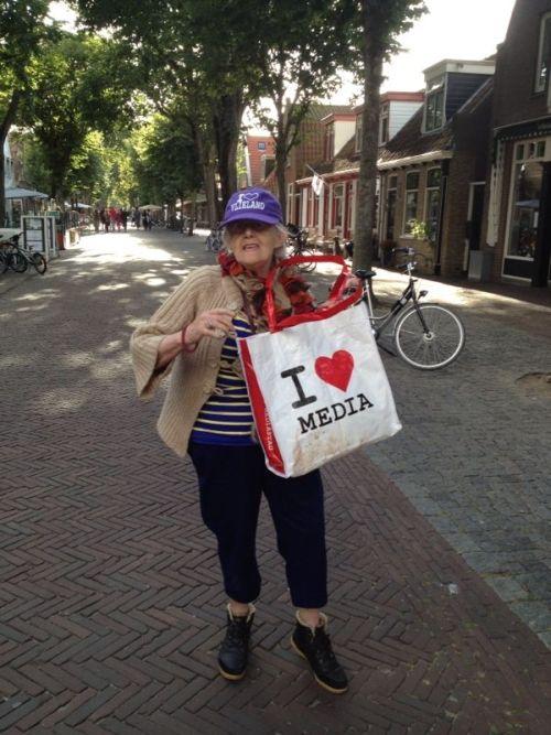 """Onze I Love Media tas gespot op Vlieland. """"Ik heb de tas gekocht op de Open Studio Dagen en daarmee KiKa gesteund. Reuze handig voor een weekendje Vlieland. Ik ben speciaal dit weekend naar het eiland gekomen voor de trouwerij van Caroline Tensen maar die is helaas uitgesteld door een gescheurde pees aan haar schouder."""""""