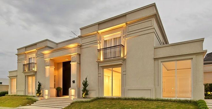 Uma casa com fachada clássica possui maiores detalhes, molduras e colunas, se utiliza de objetos que remetem ao neoclássico.