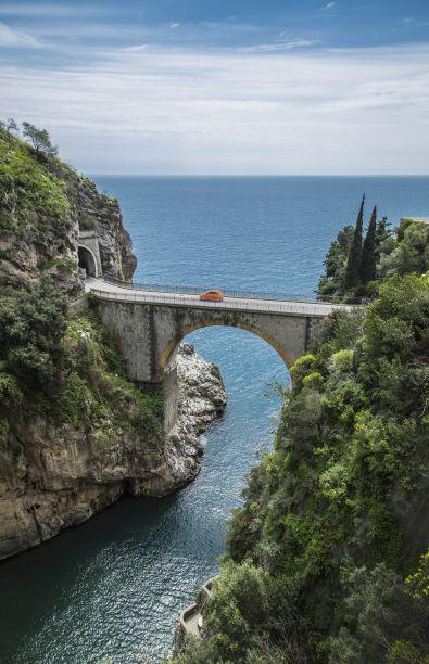Die Küstenstraße Amalfitana liegt in der süditalienischen Region Kampanien und führt über 50 Kilometer von Meta nach Vietri sul Mare. Die Ausblicke auf die Steilküste und den Golf von Salerno sind spektakulär. Unterwegs kommt man an vielen sehenswerten Städtchen und Dörfern vorbei, einige davon liegen in kleinen Buchten unterhalb der Straße, wie zum Beispiel Positano und Praiano. Oberhalb der Küstenstraße gibt es außerdem einige schöne Wanderwege. Wer genügend Zeit mitbringt, sollte Italiens…