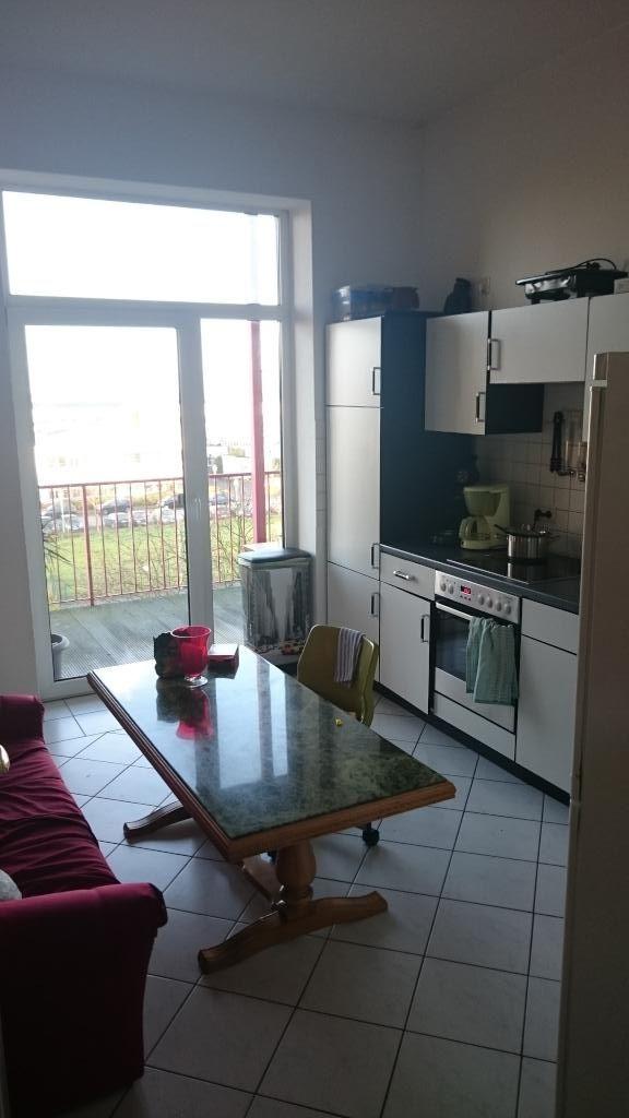 Küche der WG mit Balkonzugang