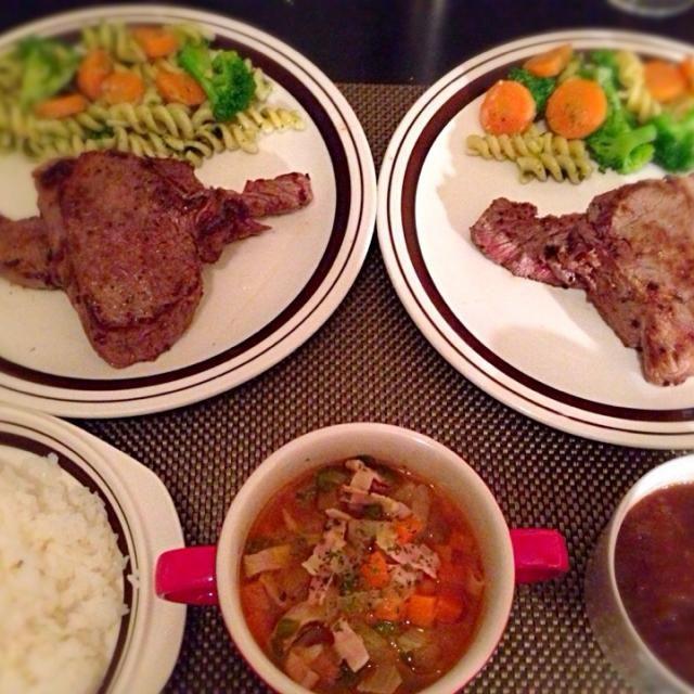 違う部位のステーキ2種類焼いて盛り付けたら 牛の顔みたいなシルエットになり  食べる時 ビミョーな感じになしました !(◎_◎;) - 9件のもぐもぐ - ステーキ、ブロッコリーと人参のバジルマリネ、ミネストローネ by Ayumiazu