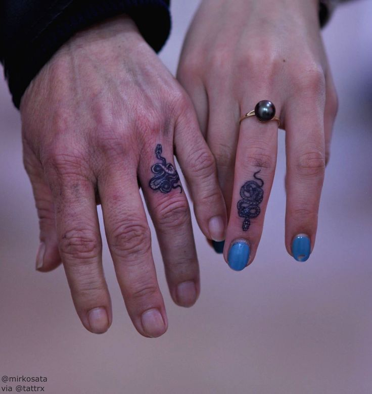 Mirko Sata | Milan ItalySnake rings for Isi and Cavezasatatttvision@gmail.comConsult your tattooer on the healing process of finger tattoos.