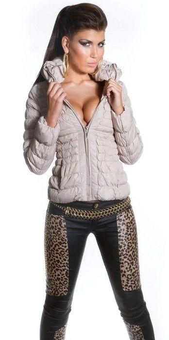 Zimní kabátek béžový, Velikost 40/L, Barva béžová Dámský zimní kabátek v béžovém provedení. Kabátek má širší límec, zapínání na zip až ke krku. Kabátek má velmi pěkný prošívaný vzhled. K dostání také v černé variantě, …