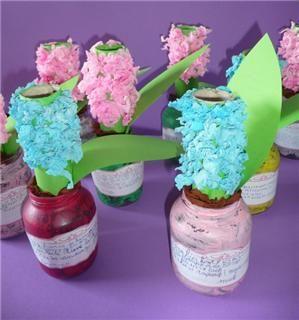 hyacinth: keukenrol beplakt met crëpe papier, kleine potjes gevuld met zand waar de rol in staat.