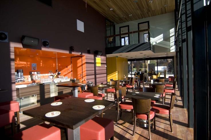 Pier Kafé, Pier K Nieuw-Vennep: Het Pier Kafé kan gebruikt worden als foyer. Van de bar kan op aanvraag gebruikt gemaakt worden. De oppervlakte van het Kafé bedraagt 100m² en er kunnen maximaal 100 gasten in. Er zijn 60 zitplaatsen in het Kafé.     Wilt u meer weten over de mogelijkheden, heeft u speciale wensen, of ontvangt u graag vrijblijvend een offerte? Bel onze afdeling verhuur & sales, telefoon: 023-566 95 65 of stuur een e-mail naar planning@pier-k.nl