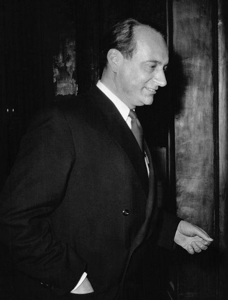 Le prince LouisFerdinand de Prusse à son arrivée à l'hôtel Vier Jahreszeiten à Munich Allemagne le 9 avril 1956