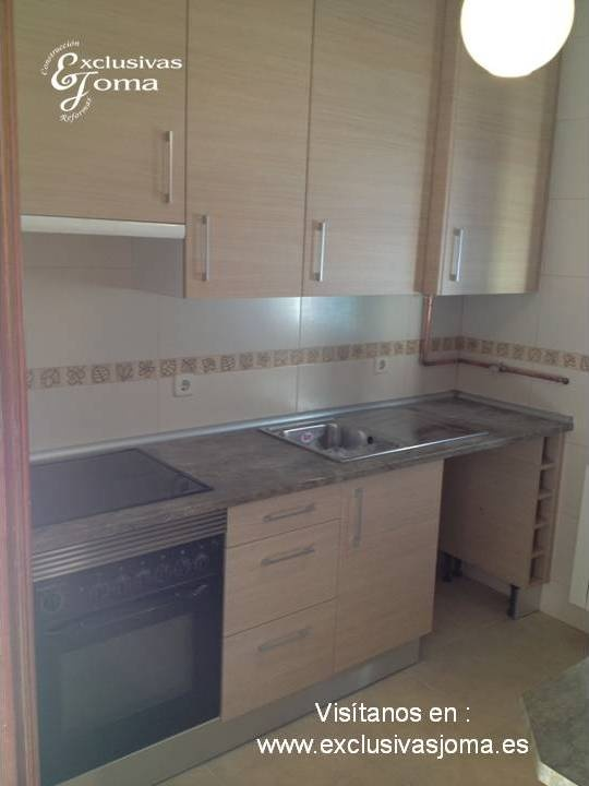Muebles de cocina a medida en madera color haya jaspeado for Muebles altos de bano