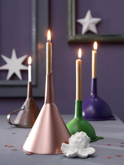 schnelle tischdeko baumkerzen in trichtern dekorieren weihnachten deko trichter kerze diy. Black Bedroom Furniture Sets. Home Design Ideas