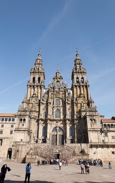 Esta es la Catedral de Santiago. La catedral fue constuido en 1075 AD y es muy bonita. La catedral tiene arquitectura magnifica