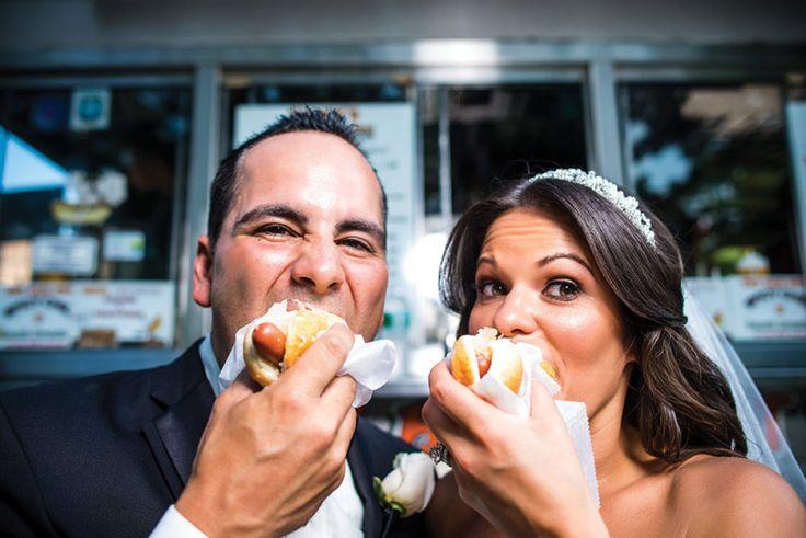 Hoje o que bomba em uma festa de casamento é o lanche da madrugada. Agradando crianças e adultos, ele pode ter todas as guloseimas que amamos, inclusive um lanche da sua lanchonete preferida!