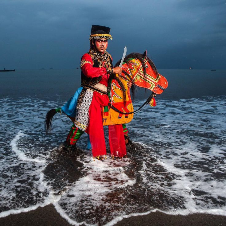 """Dalam suasana senja nan gerimis di Teluk Penyu tak jauh dari Pulau Nusakambangan, Kris Febriarto menungangi kuda lumping yang digunakan dalam pertunjukkan…"""