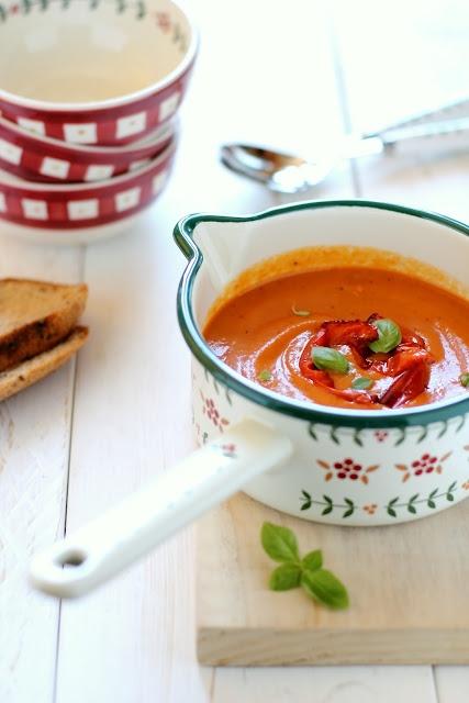 Zuppa fredda di peperoni e pomodori arrosto