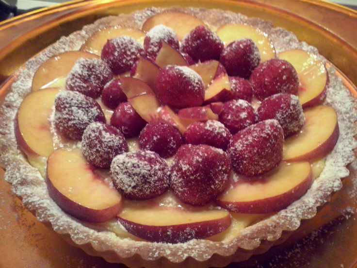 Cake with lemon curd, strawberries and peaches