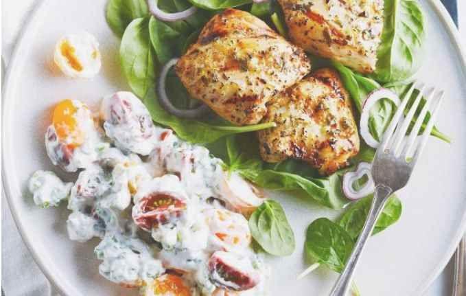 Voici un poulet à l'ail et au citron grillé accompagné d'une simple sauce à la crème sure et au basilic. Le tout est marié à une salade aux tomates-cerises d'autrefois et au basilic frais. Difficile d'y résister ! | Le Poulet du Québec