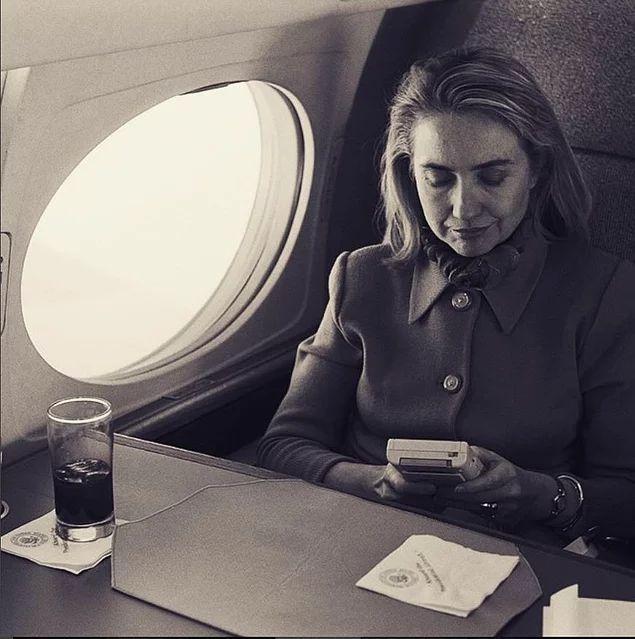 Hillary Clinton Gameboy oynarken, 6 Nisan 1993.