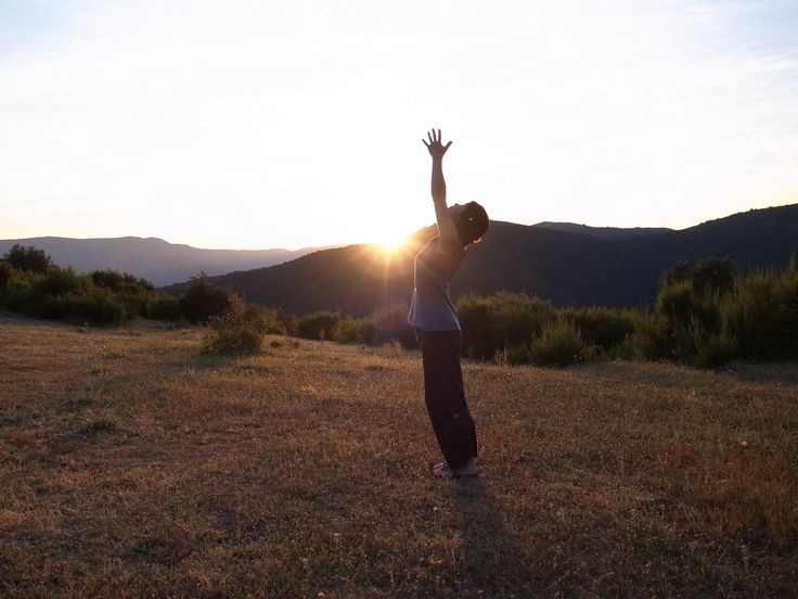 Cours de yoga dynamique à Dijon. Le vinyasa yoga que j'enseigne inclut des mouvements dynamiques et postures intenses, synchronisés avec la respiration profonde et régulière. Il s'agit d'un style de yoga très répandu aux États-Unis mais encore rare à Dijon. Ces cours vous aideront à apprendre à gérer le stress et l'anxiété, cultiver de la stabilité mentale et renforcer le corps et l'esprit pour vivre pleinement.