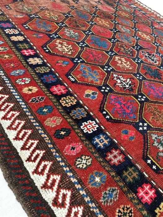 Welkom bij passie d'Orient:  De term die Kazachs meestal gebruikt wordt voor de indeling van een heterogene groep van tapijten uit verschillende gebieden van de Kaukasus.  De Kazachen van de 19e eeuw werden volledig geknoopt in wol met een lange en glanzende stapel, en grote kleurrijke geometrische-lettertypeontwerpen, variëren volgens het productiegebied.  Gedurende de 20e eeuw, de schoonheid van zowel de kleuren en de originele inventieve ontwerpen werden herontdekt; ze worden nog steed...