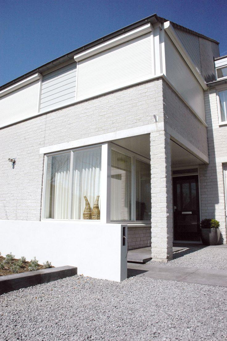 Witte Verano rolluiken op modern huis gemonteerd