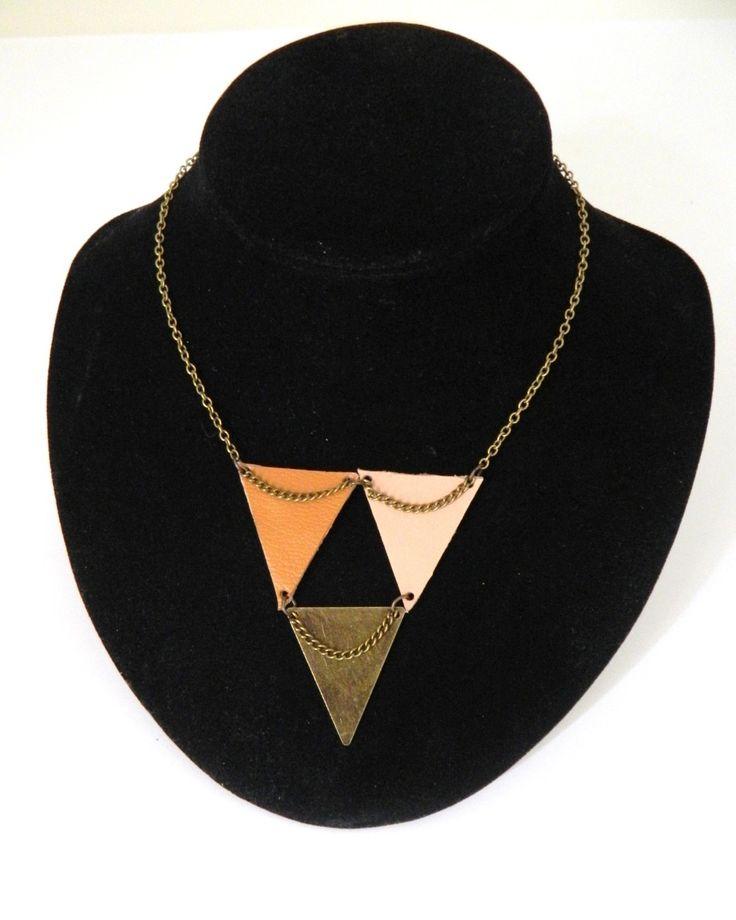 """Collier modèle """"Mobile""""Triangle de cuir et de laiton nude et camel : Collier par azantymariage"""