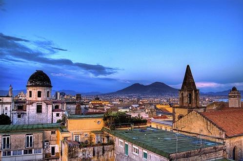I tetti di Napoli con lo sfondo del Vesuvio, il vulcano addormentato
