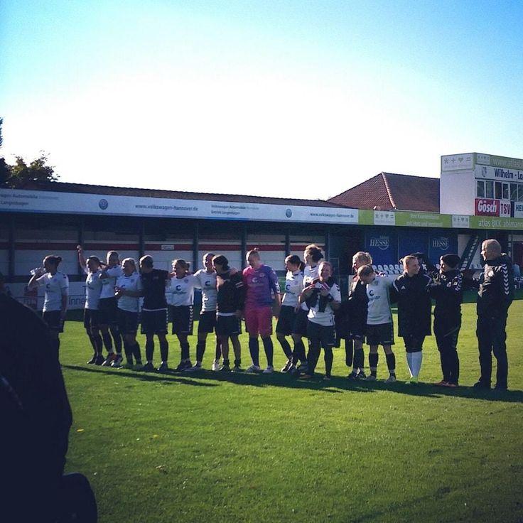 FC St. Pauli 1. Frauen jubelt mit den Fans