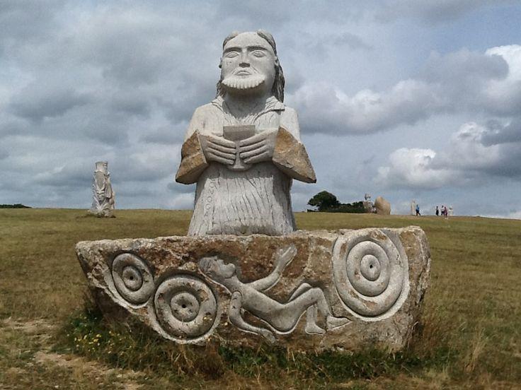 Au coeur de la Bretagne : La vallée des Saints - BreizhClooz La Vallée des Saints est une association dont le projet est d'édifier 1000 statues de granit, de 3 mètres de haut, dans la commune de Carnoët, en Bretagne. Chaque statue, au coût de 12000 euros, doit représenter un saint Breton. Actuellement, il en existe cinquante. By Nora - 2015