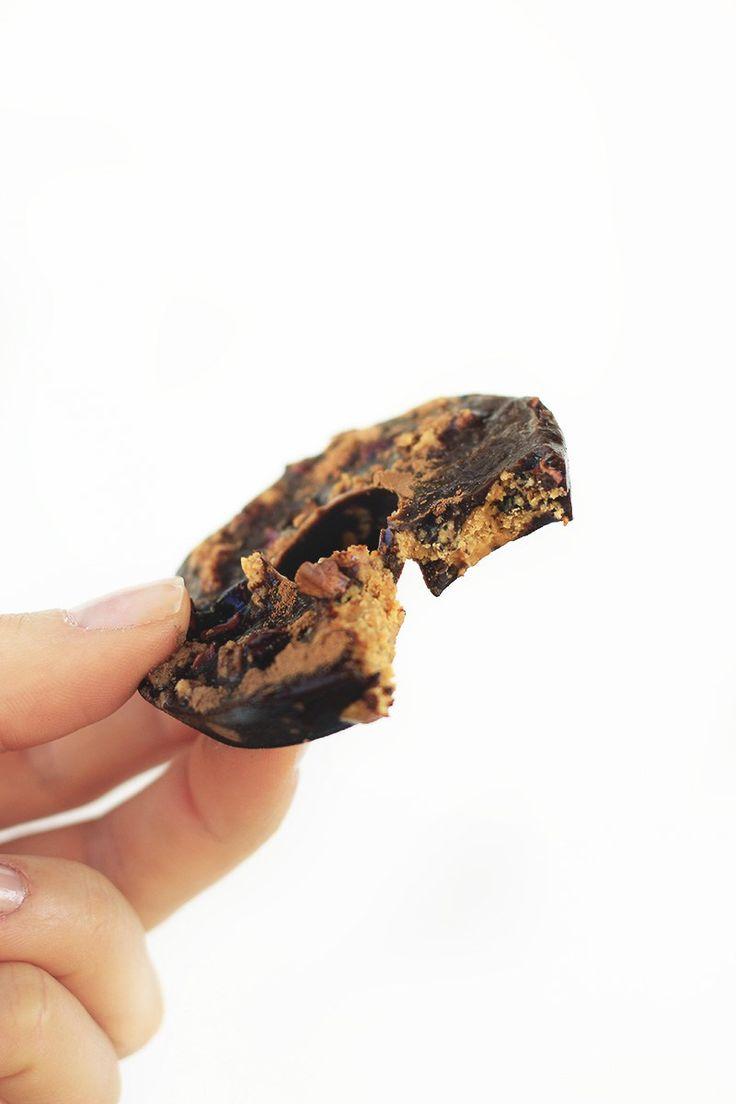 Uma receita de chocolate caseiro com pasta de amendoim que não leva açúcar e nem leite. Daquelas sobremesas fitness que realmente valem a pena.