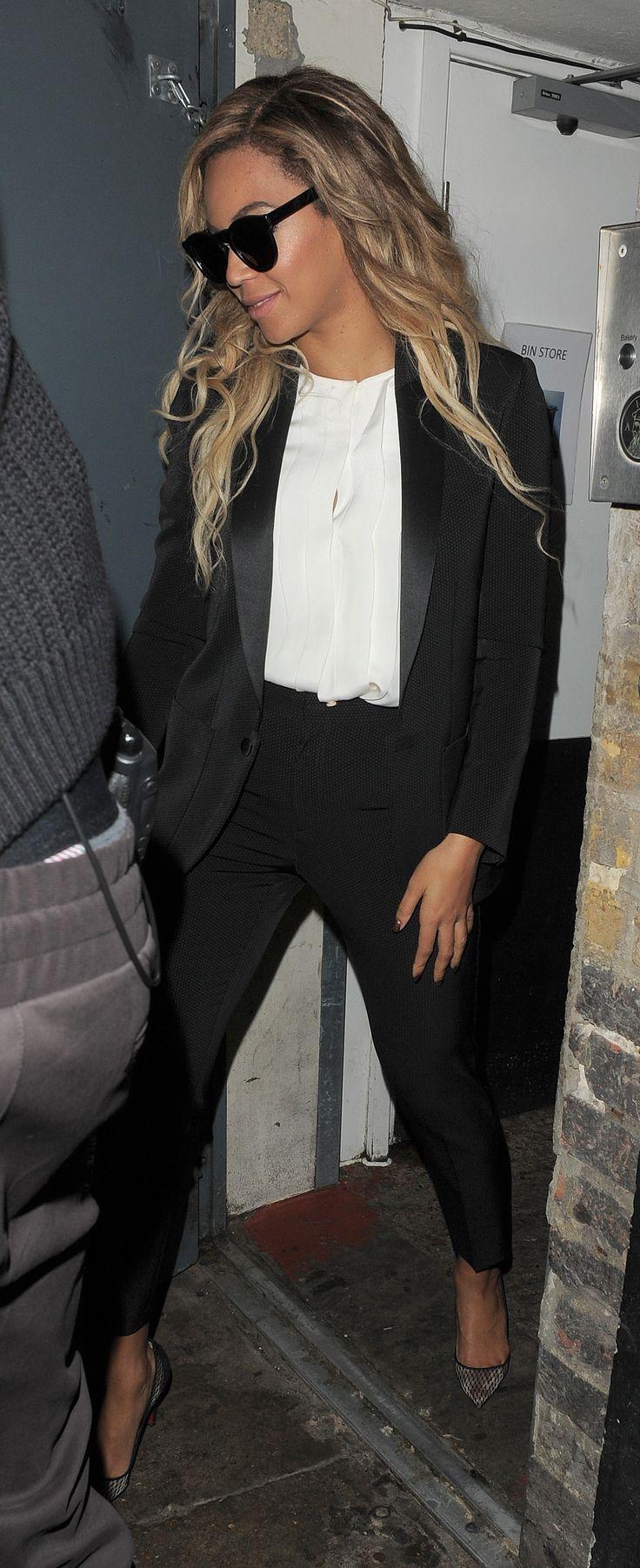 Beyoncé se lleva un pantalón negro, chaqueta de esmoquin negro. Beyoncé lleva una blusa blanca. La chaqueta de esmoquin negro vale mucho. La blusa blanca vale la pena un poco. El pantalón negro es muy caro.