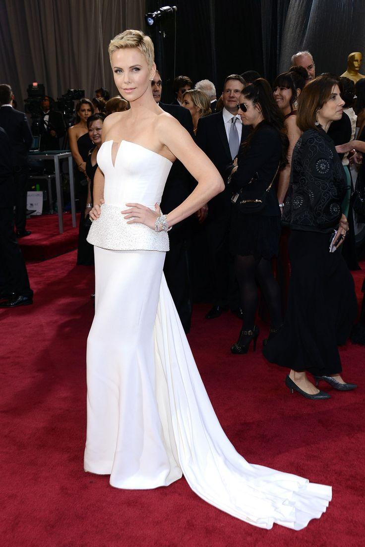 La alfombra roja de los Oscars 2013. Charlize Theron con su corte de pelo à la garçon-punk ha elegido un diseño blanco radiante de Christian Dior.