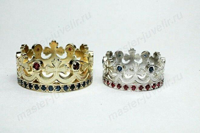 Кольца обручальные Короны, из золота и серебра, с синими и красными синтетическими камнями.