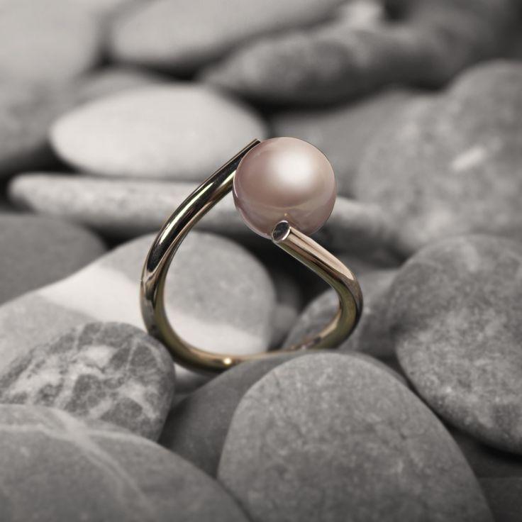Witgouden ring met parel (gefotograveerd op Rijnstenen). www.atelierclint.com