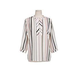 Today's Hot Pick :マルチストライプスキッパーブラウス【DARK VICTORY】 http://fashionstylep.com/P0000YTG/khyelyun/out マルチストライプ柄のエレガントなスキッパーシャツが登場。 プレーンなデザインで、シーンを選ばずに着回せる1枚。 ネックデザインや着丈、程よいフィット感などディテールにこだわり、美しいミニマルなスタイルを演出しました。  トレンドのハイウエストボトムスに合わせるのがオススメ♪ 身長によって着丈感が異なりますので下記の詳細サイズを参考にしてください。 ◆色: アイボリー