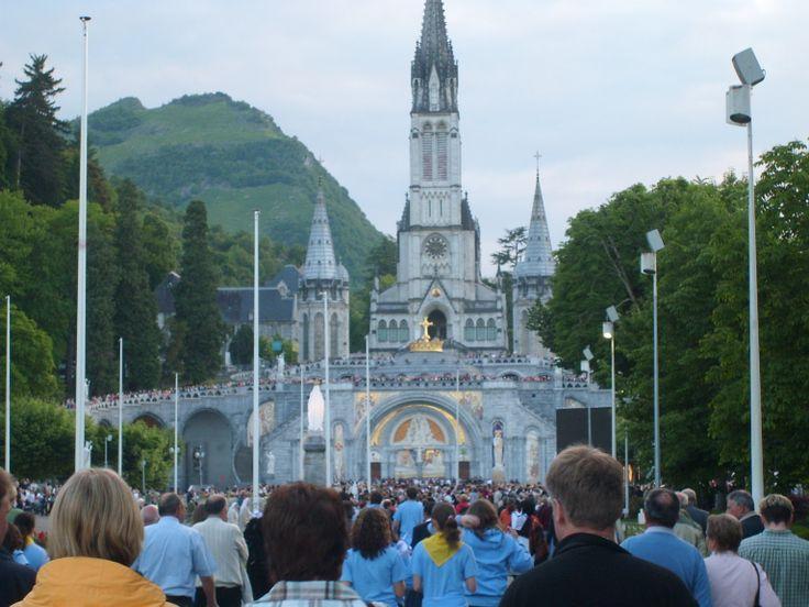 Peregrinación a Lourdes, Francia. Miles de católicos demuestran su devoción a la Virgen en Lourdes Francia.